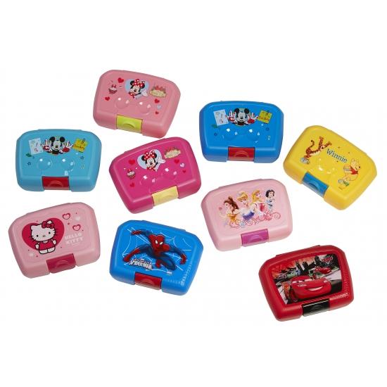Cars lunchbox 18 x 12 cm. deze rode plastic lunchbox met vrolijke plaatjes van cars heeft een form...
