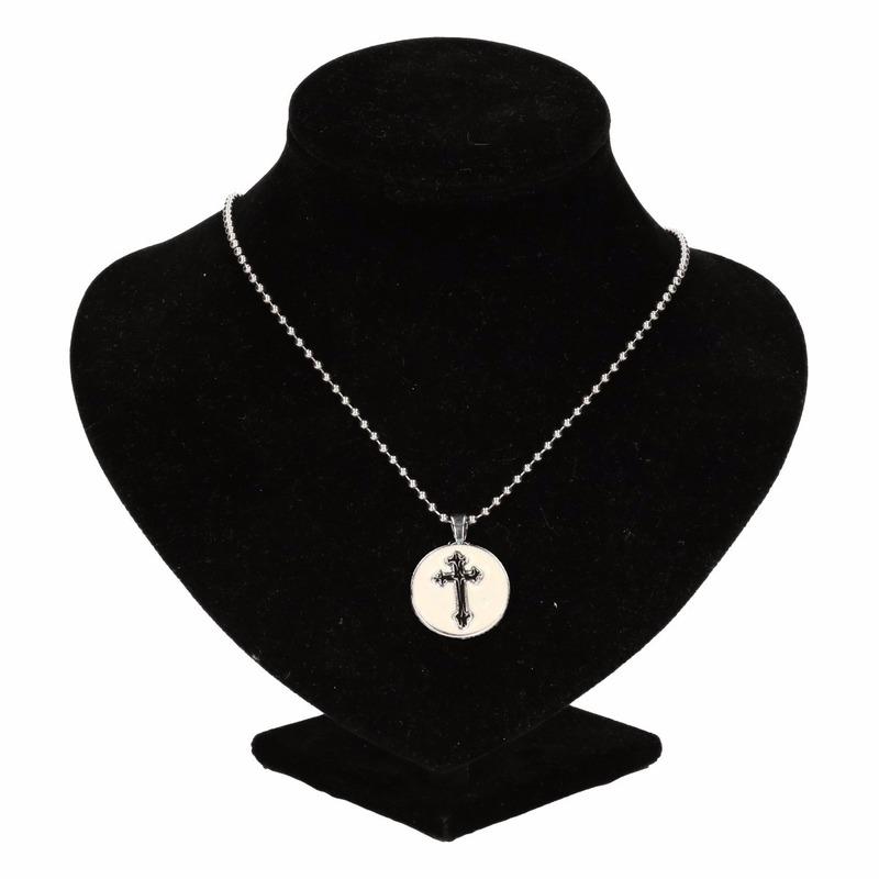 Zilveren metalen ketting met zwart kruis chunk